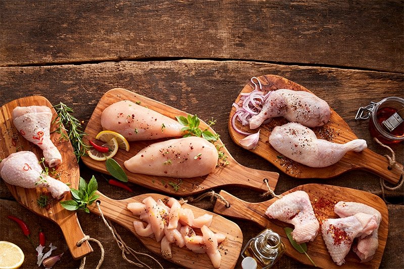 diversi tagli di pollo marinato