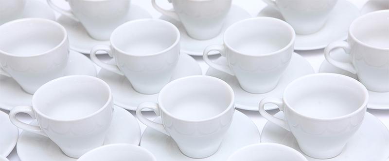 tazzine bianche pulite con il sale